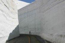 Au JAPON, l'hiver a été rude tout au long de l'année – la neige fait 17 mètres de haut !